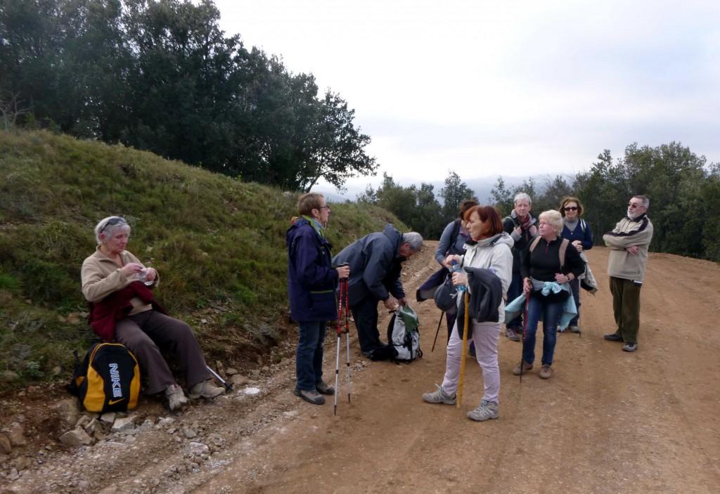 Nous rejoignons la piste par où nous aurions pu éviter le sommer, et nous poursuivons sur le sentier, bien raide et à découvert pour rejoindre la tour.
