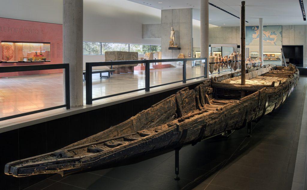 Le chaland Arles Rhône 3 dans sa salle d'extension au Musée Départemental de l'Arles antique.